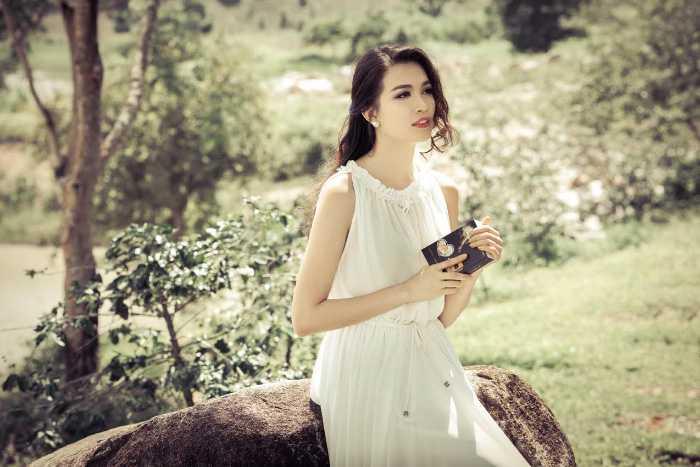 Trong những thiết kế của 2 NTK nổi tiếng Hà Duy và Chung Thanh Phong, Á hậu Lệ Hằng khoe nét mong manh quyến rũ.