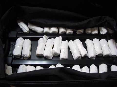 Toàn bộ số ngoại tệ trên được góithành nhiều cuộn nhỏ, bọc trong giấy trắng, giấu trong thành valy.