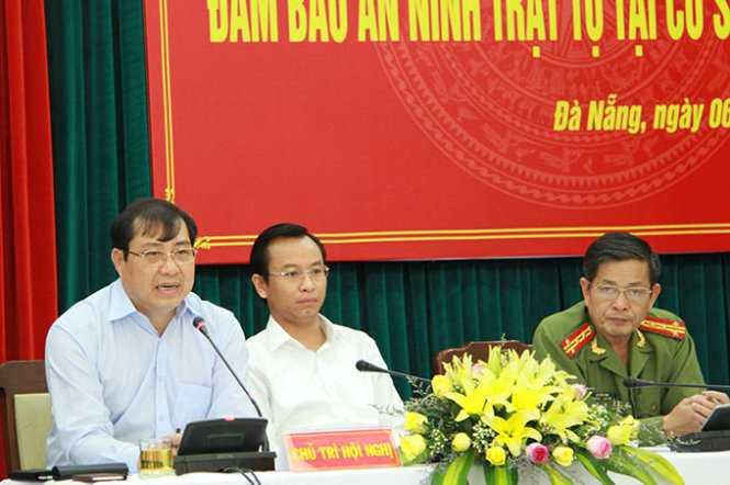 Ông Huỳnh Đức Thơ, chủ tịch TP Đà Nẵng (bên trái) cho biết sẽ lắp camera để giám sát, xử lý tội phạm (Ảnh: Hữu Khá)