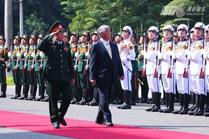 Đại tướng Phùng Quang Thanh và Bộ trưởng Nakatani Gen duyệt đội danh dự Quân đội nhân dân Việt Nam - Ảnh: Tùng Đinh