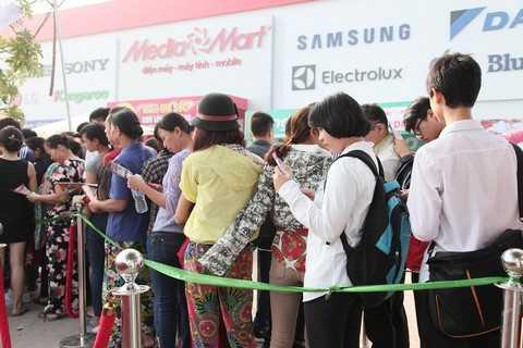 Xếp hàng dài chờ đợi trước cửa siêu thị MediaMart Cầu Diễn