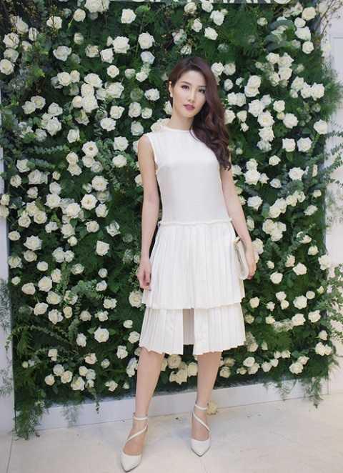 Diễm My 9X càng quyến rũ, thanh lịch. Một lần nữa, cô khẳng định gu thời trang tinh tế trong đầm trắng dập pli xếp tầng khi tham dự buổi kỷ niệm 1 năm thành lập thương hiệu của nhà thiết kế Lâm Gia Khang.