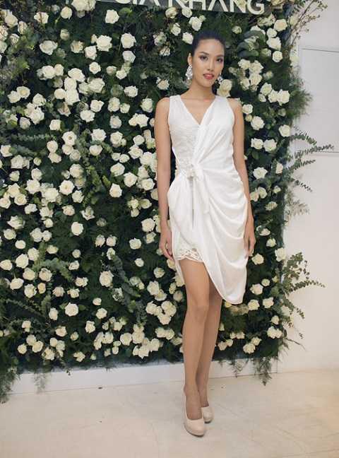 Lan Khuê cũng khoác cho mình một chiếc đầm trắng khác của Lâm Gia Khang. Đầm bất đối xứng mềm mại bằng chất liệu ren, voan rủ nhẹ đầy nữ tính, thướt tha.
