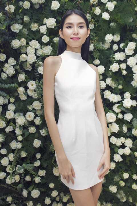Cũng là đầm trắng nhưng người mẫu Thùy Dương lại mang một sắc thái khác, đầy tinh khôi và quyến rũ.