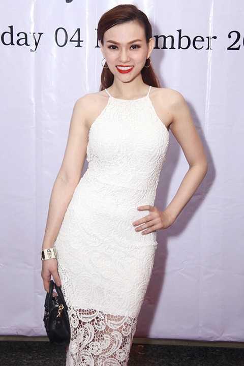 Tại một sự kiện khác, Thu Thủy duyên dáng và gợi cảm trong thiết kế ren màu trắng.