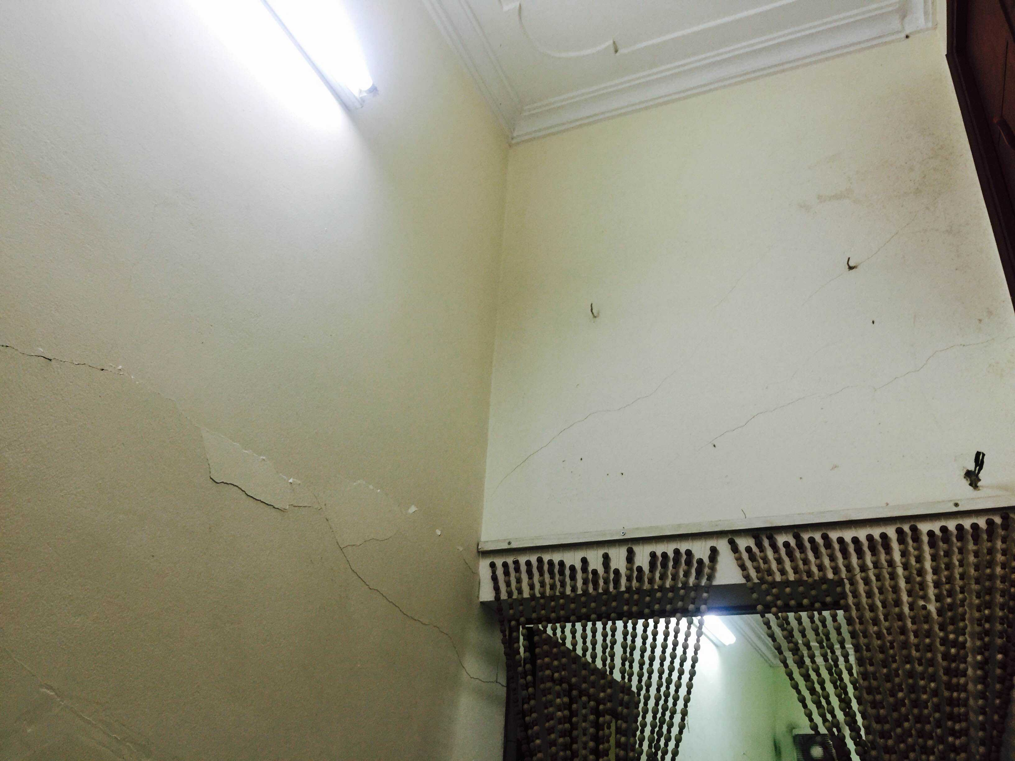 Tường nhà bà Chung bị nứt toác. Ảnh: Châu Anh