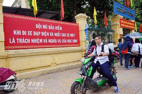 Trước cổng trường THCS Trưng Vương (Hoàn Kiếm, Hà Nội) những tấm pano, khẩu hiệu có nội dung tuyên truyền về ý thức an toàn giao thông được in rất lớn, tuy nhiên rất nhiều học sinh của trường lại vi phạm lỗi này.