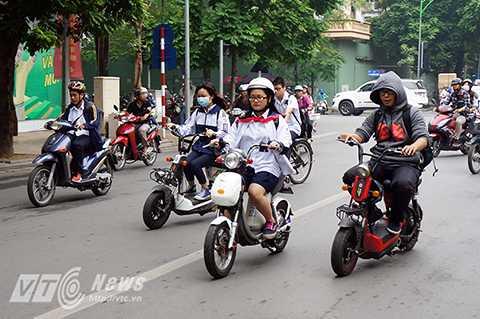 Sau giờ tan học, nhiều đoàn học sinh đi xe đạp điện dàn hàng ngang từ 3 tới 4 xe cùng chạy song song trên đường gây cản trở giao thông.