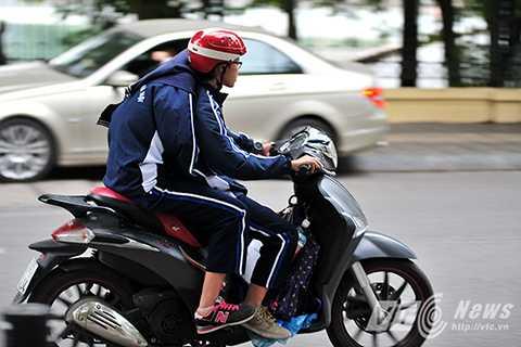 Nhiều giao đình còn cho phép con em mình điều khiển xe máy tới trường dù chưa đủ tuổi, chưa có giấy phép lái xe theo quy định.