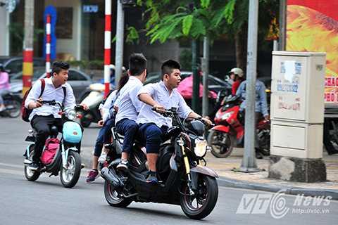 Trong ảnh là một nhóm học sinh lạng lách, đánh võng rú ga gây náo loạn phố Hàng Bài (Hoàn Kiếm, Hà Nội) sau giờ tan học buổi trưa ngày 5/11.