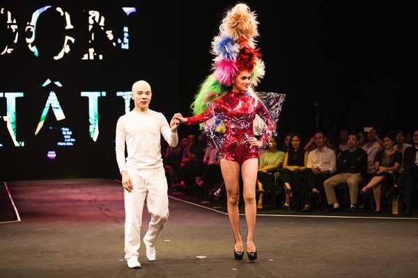 Nghệ sĩ kịch câm Hoàng Tùng (trái) dẫn ca sĩ Hương Giang Idol mở màn cho phần trình diễn bộ sưu tập