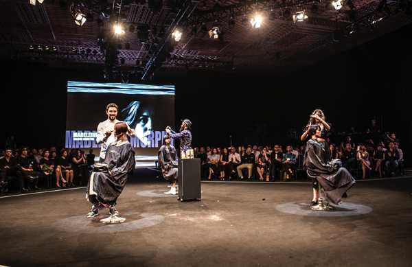 Ba nhà tạo mẫu tóc đến từ Học viện Allilon, London thể hiện kỹ thuật cắt, tạo kiểu trên sân khấu DHS 2015 qua bộ sưu tập