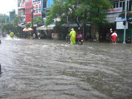 Nhiều tuyến đường Đà Nẵng chìm trong nước vì mưa lớn. (Ảnh: Đình Thiên)