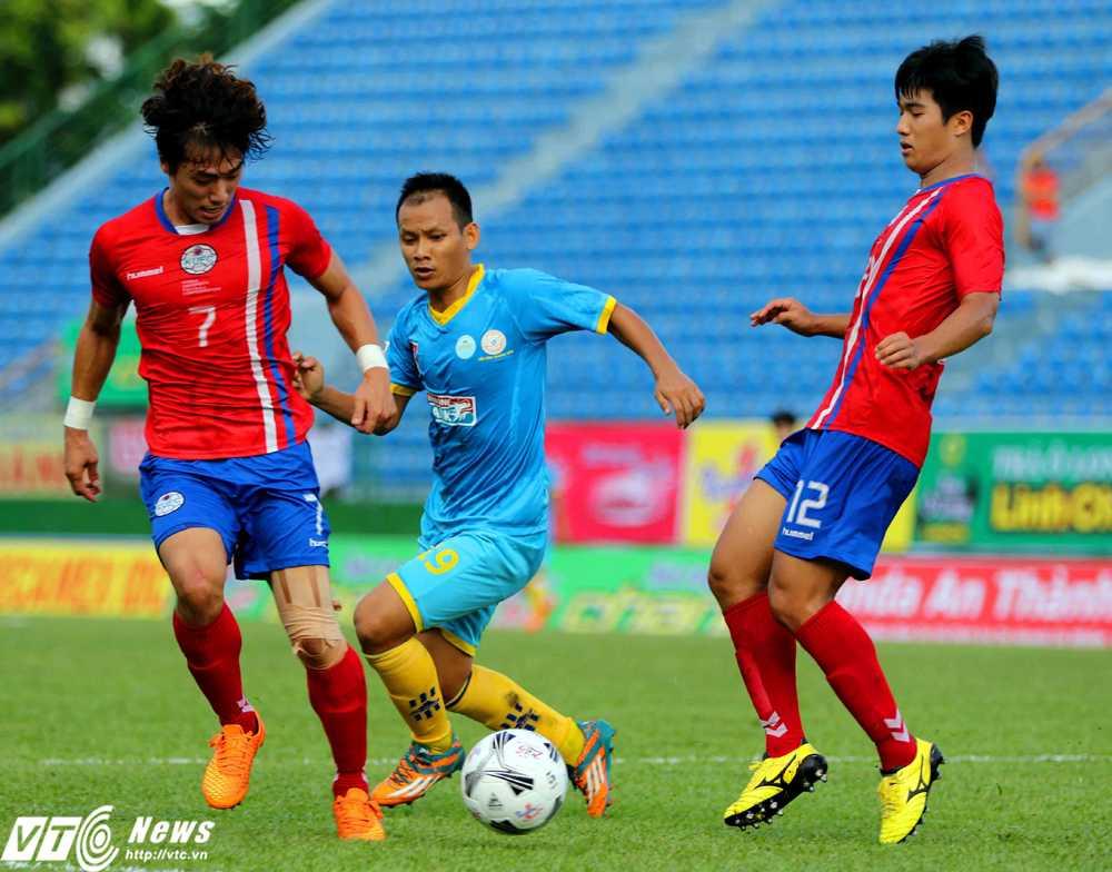 Thể hình của các cầu thủ Tuyển sinh viên Hàn Quốc vượt trội so với Sanna Khánh Hòa (Ảnh: Quang Minh)