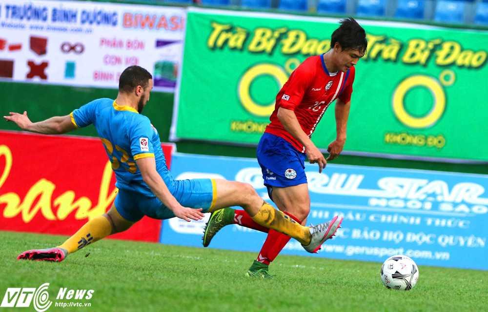 Sai lầm của Chaher Zarour khiến Sanna Khánh Hòa nhận bàn thua 0-1 (Ảnh: Quang Minh)