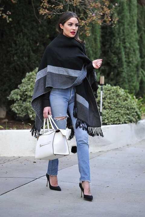 Olivia Culpo biến khăn choàng dạ thành chiếc áo khoác vừa thời trang vừa rất ấm áp.