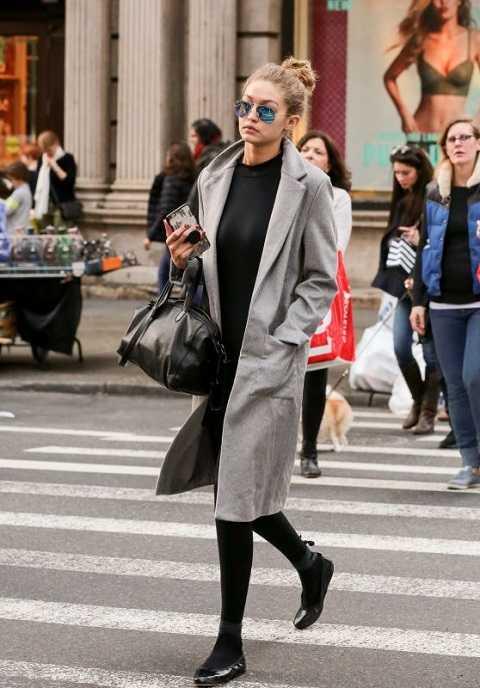 Chiếc áo khoác dáng dài gần như là trang phục không thể thiếu của Gigi Hadid. Người mẫu sinh năm 1995 có thể phối áo khoác với mọi trang phục từ đồ tập thể dục đến dạo phố.