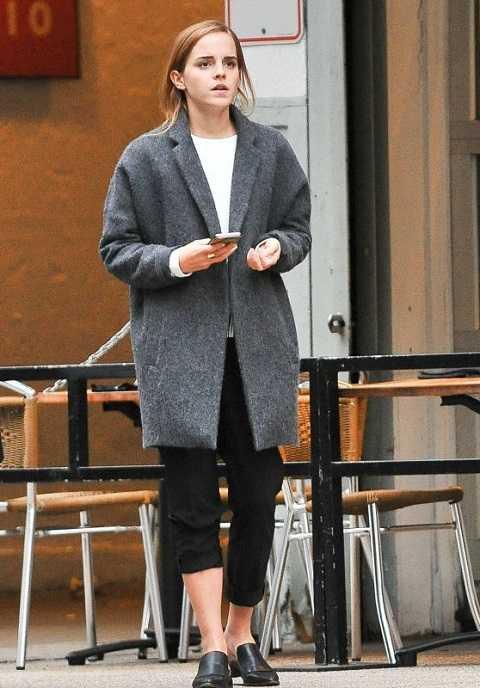 Tương tự, Emma Watson mặc áo khoác dạ dài với áo thun trắng và quần xắn cá tính trên phố New York tuần này. Tông màu xám mang lại cảm giác ấm áp và chín chắn cho nữ diễn viên.