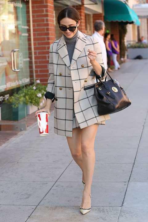 Emmy Rossum diện nguyên bộ áo khoác và váy cùng chất liệu, họa tiết và áo len cao cổ trên phố Beverly Hills.