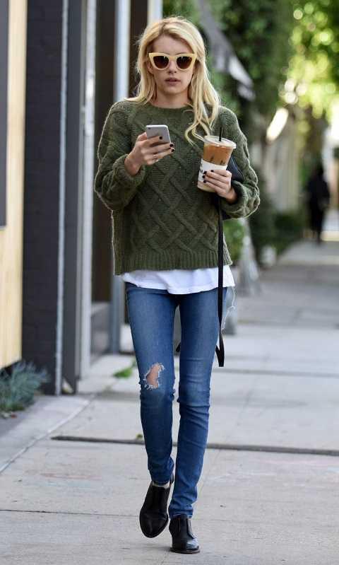 Áo sweater cũng là một item không thể thiếu trong mùa thu đông. Emma Robert phối áo sweater theo phong cách layer cổ điển cùng áo thun trắng và quần jeans.