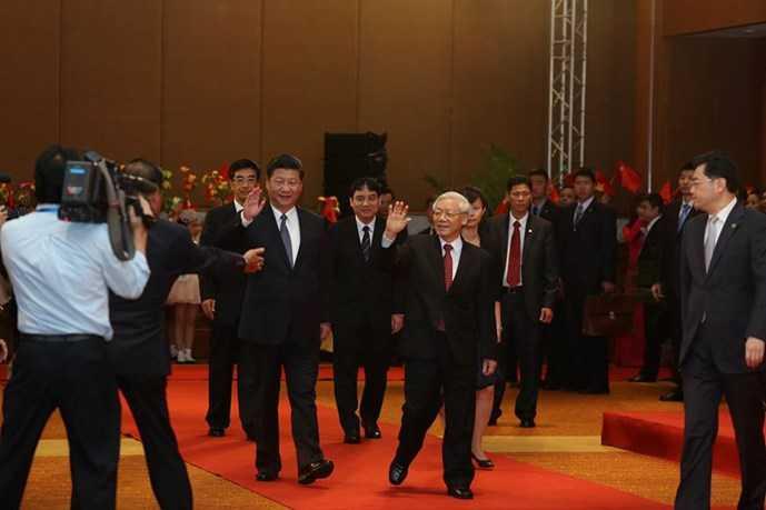 Tổng bí thư Nguyễn Phú Trọng và Tổng bí thư, Chủ tịch Trung Quốc Tập Cận Bình bước vào hội trường trong tiếng vỗ tay chào đón nồng nhiệt -(Ảnh: Độc Lập)