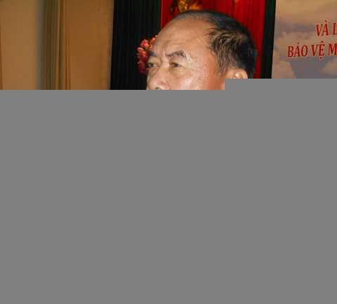 Đại tá Dương Văn Linh trả lời báo chí. Ảnh: Phan Cường