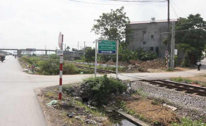 Vị trí đường ngang tàu hỏa dẫn vào xã Lê Thiện, huyện An Dương nơi hai nữ sinh băng qua bị tàu đâm chết - Ảnh: Tiến Thắng