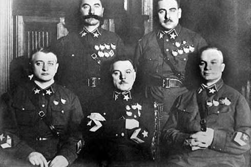 Năm vị Nguyên soái đầu tiên của Liên Xô, được phong vào tháng 11/1935, trong ảnh, Tukhachevsky ngồi ngoài cùng bên trái