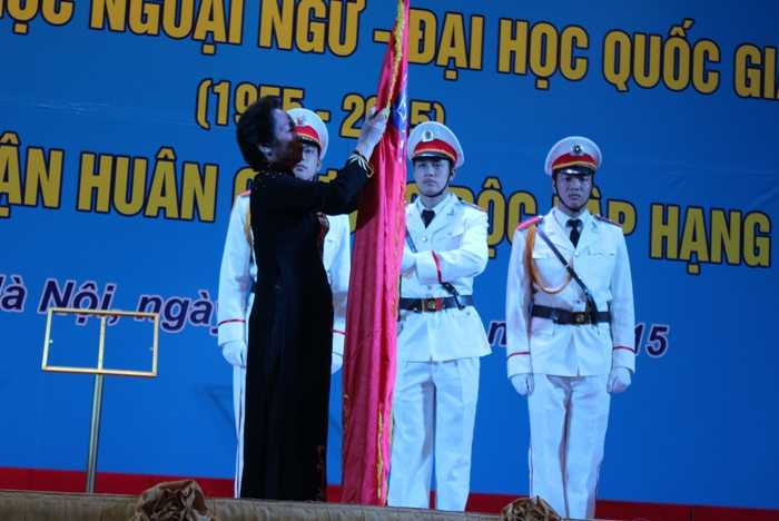 Phó Chủ tịch nước Nguyễn Thị Doan đã lên gắn Huân chương vào cờ.