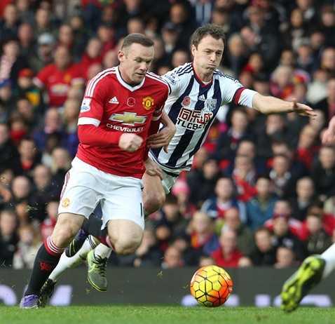 Rooney bị người đồng đội cũ theo như hình với bóng