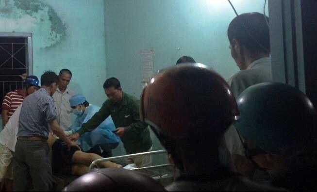 Lực lượng chức năng tỉnh Bình Thuận khám nghiệm tử thi cho nạn nhân Đặng Văn Tá - Ảnh: Ng.Nam