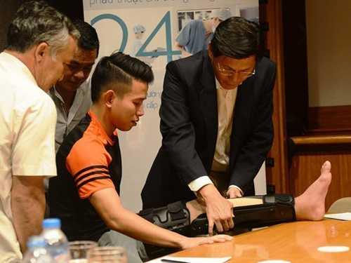Bác sỹ Singapore chữa trị chấn thương cho Anh Khoa