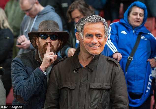 Fan Stoke chế giễu Mourinho