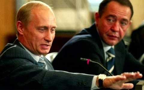 Ông Mikhail Lesin (phải) khi còn giữ vai trò trợ lý Tổng thống Nga Vladimir Putin (trái) - Ảnh: Reuters/BBC.
