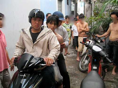 Lâm Hiếu Long (người cầm lái) trong một vụ khống chế tội phạm.