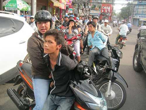 """Các """"hiệp sĩ"""" trong một màn bắt giữ bộ đôi cướp giật trên đường phố."""