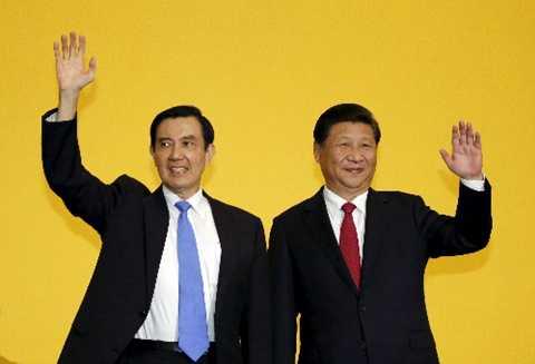 Chủ tịch Trung Quốc Tập Cận Bình (phải) và lãnh đạo Đài Loan Mã Anh Cửu. Ảnh:Reuters