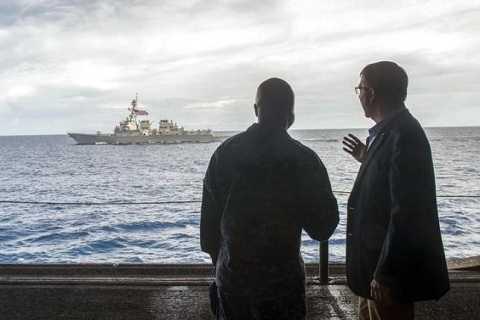 Bộ trưởng Quốc phòng Mỹ Ash Carter (phải) trên tàu USS Theodore Roosevelt