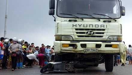 Xe máy bị xe tải cuốn vào gầm khiến 2 phụ nữ thương vong.