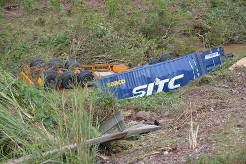 Đầu kéo, rơ-moóc và thùng hàng một xe container bị đứt rời, văng xuống dưới vực.