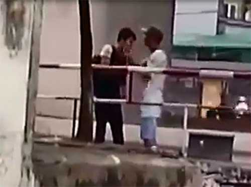 Người đàn ông đánh vào cổ sinh viên - Ảnh cắt từ clip
