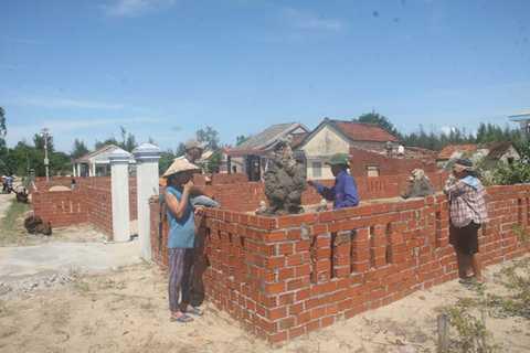 Người dân ở xã Duy Hải, huyện Duy Xuyên đổ xô xây dựng nhà, hàng rào trước khi dự án được triển khai