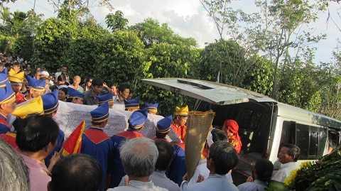 Người thân đưa thi thể ông Phan Tư về Thừa Thiên - Huế chôn cất