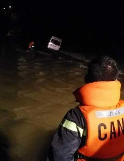 Chiếc ô tô lật nghiêng khiến ông Phan Tư lo sợ nhảy thoát ra ngoài bị nước lũ cuốn trôi mất tích
