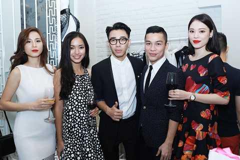 Adrian Anh Tuấn trong vòng tay bạn bè. Nhà thiết kế không giấu được niềm vui khi ước mơ đã thành hiện thực.