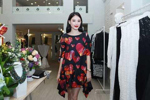 Những hotgirl nổi tiếng của Hà Nội cũng góp mặt tại sự kiện để tìm cho mình những trang phục phù hợp.