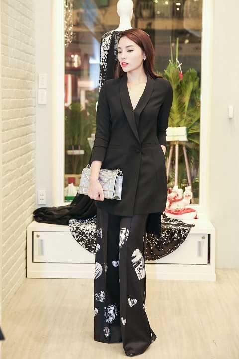 Hoa hậu Kỳ Duyên gây ấn tượng bất ngờ với áo vest dáng dài đen kết hợp với quần ống rộng palazzo in họa tiết trái tim.Cô trông cá tính, hiện đại khác hẳn phong cách yểu điệu vốn có ngày thường.