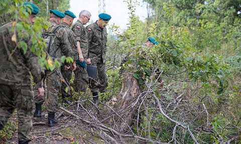 Các quân nhân Ba Lan đang kiểm tra khu vực gần Walbrzych, nơi được cho là có một đoàn tàu chở vàng bị chôn giấu trong Chiến tranh thế giới II