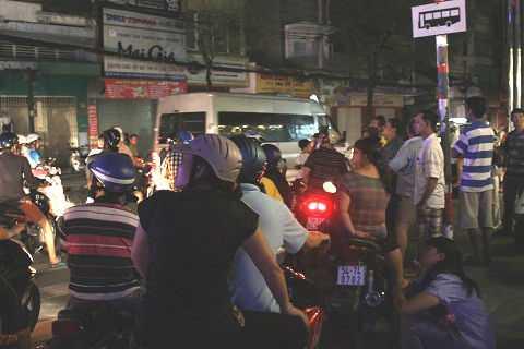 Hàng trăm người dân hiếu kỳ dừng xe xem vụ việc