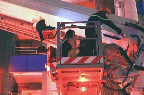 Lực lượng cứu hộ đưa nạn nhân nữ xuống đất